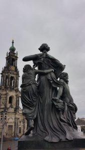 הסיור לדרזדן - פסלים הפונים לקתדרלה בדרזדן