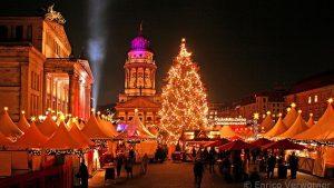 שוק החג המולד בג׳נדרמנמרקט עם עץ חג המולד הגבוה
